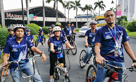 Globe employees join Bike2Globe launch.