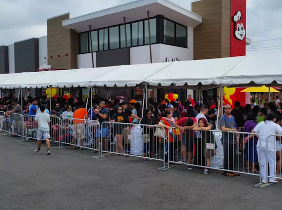 Chicago raves over Jollibee fried chicken & spaghetti