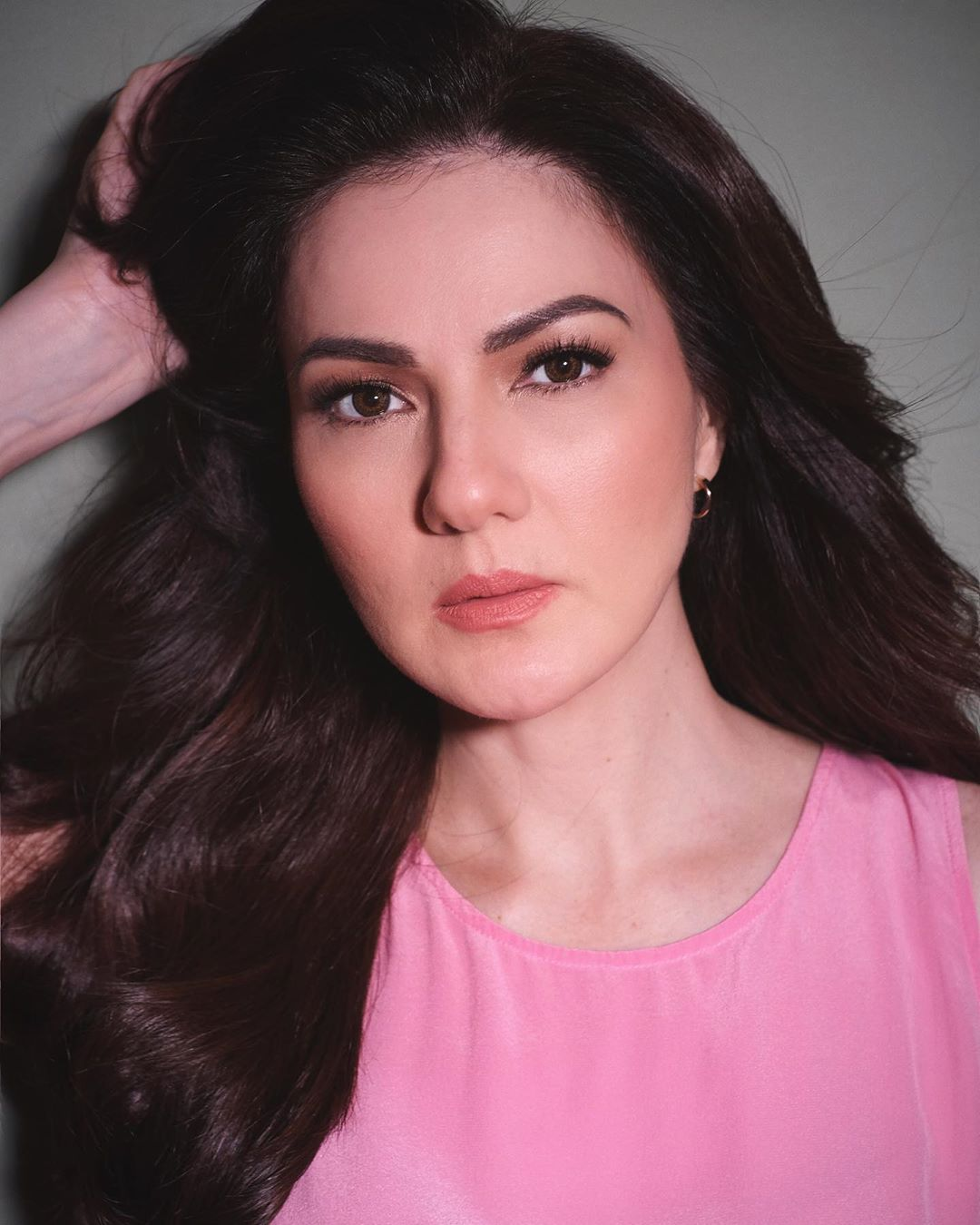 Carmina Villarroel giving tablets for students