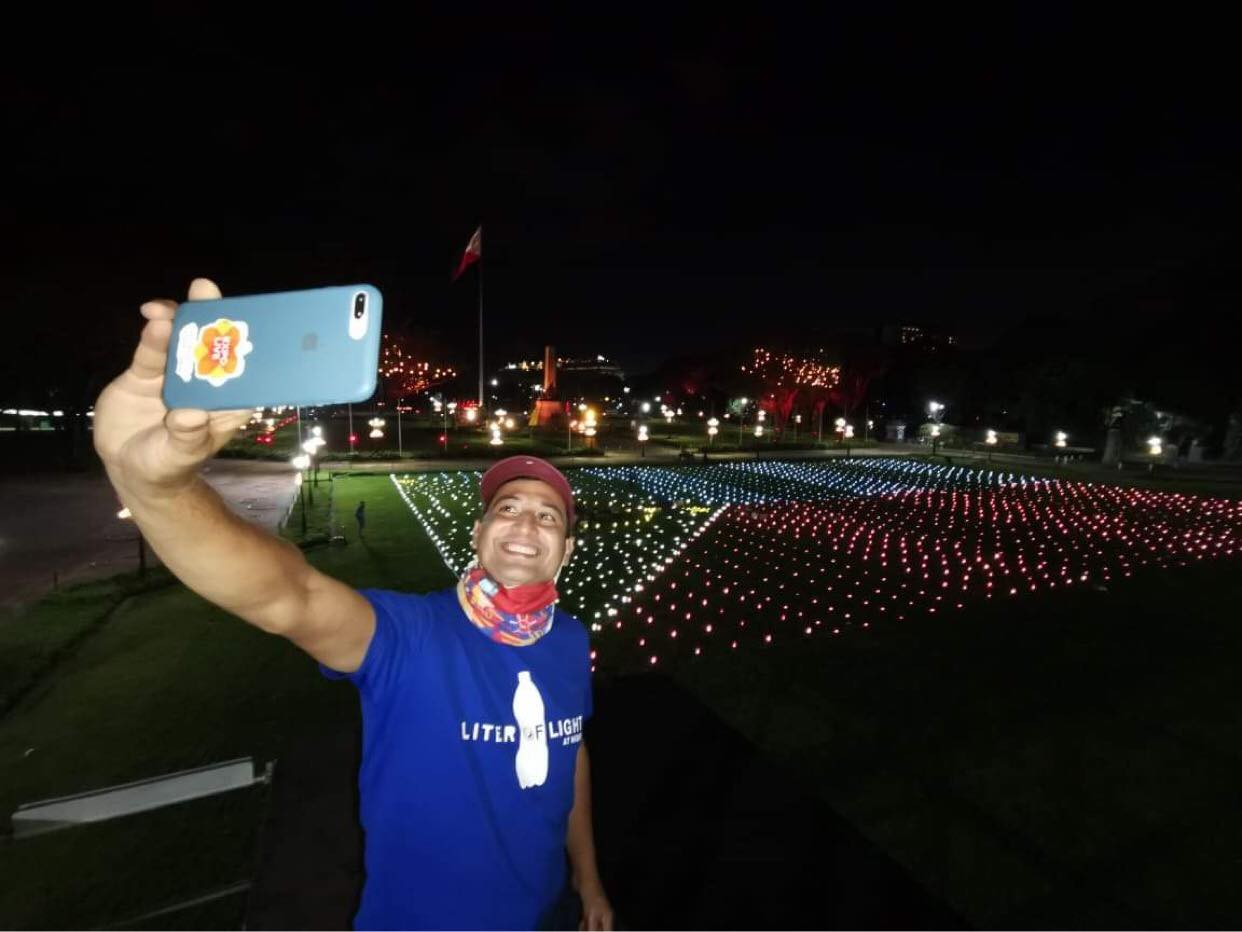 The lamps light up the grounds of the park with a giant solar Philippine flag.